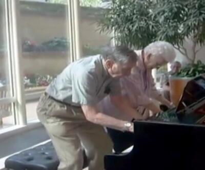 62 yıllık evli çiftten muhteşem piyano düeti