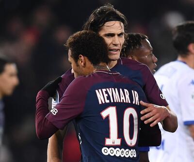 Cavani, penaltı noktasına gelen Neymar'ı bakışlarıyla dövdü!