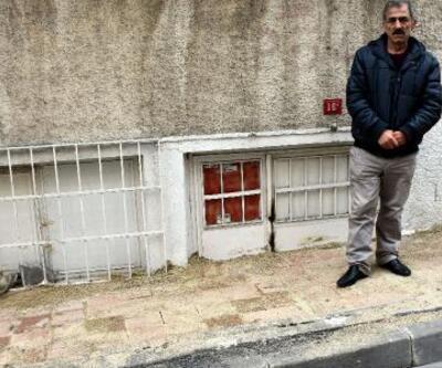 Fatih Belediyesi evinin girişini kaldırım taşıyla ördü