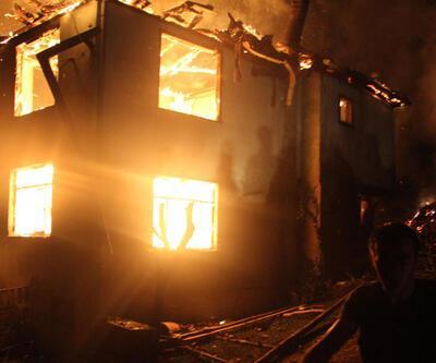 Ahşap evde yangın çıktı: Ev, ahır, samanlık, odunluk, garaj ve kamyonet kül oldu