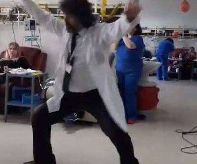 Doktor kemoterapi gören hastalara şarkı söyleyip, zeybek oynadı