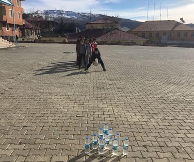 Hozatlı öğrencilerin pet şişelerle bovling keyfi