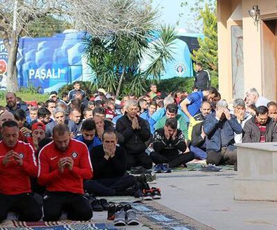 Futbolcular Dinler Bahçesi'nde namaz kıldı