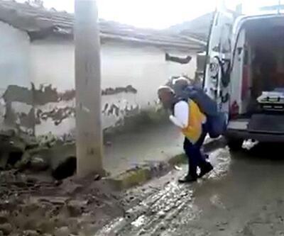Ambulans şoförü hastayı yarım kilometre sırtında taşıdı