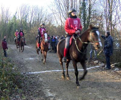 Kemerburgaz'da binicilerin yarış günü