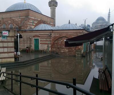 Tarihi caminin bahçesini su bastı