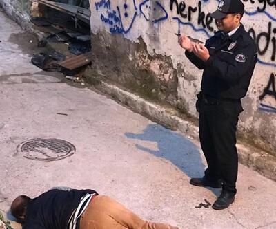Sokak ortasında ceset bulundu, polis başında dua etti