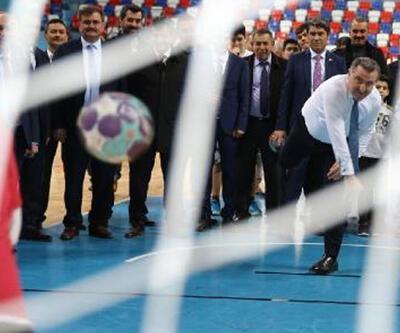 Spor Bakanı Osman Aşkın Bak, Zonguldaklı sporcularla hentbol oynadı