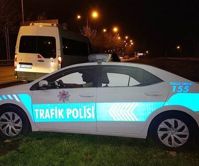Yol kenarına konulan maket polis araçlarının lambalarını çaldılar