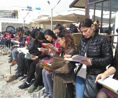 Sahilde toplanıp kitap okudular