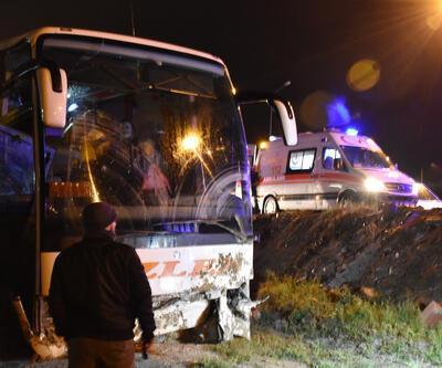 Yolcu otobüsü yoldan çıktı, 18 yaralı