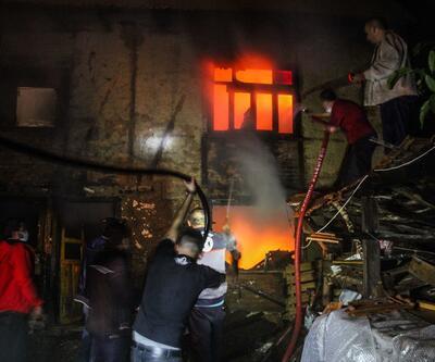 Çatısına yıldırım düşen ev alev alev yandı