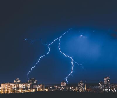 Uzmanlar uyardı: Fırtınalı havalarda banyo yapmayın, cep telefonu kullanmayın