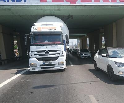 İstanbul'da LPG yüklü TIR köprüye sıkıştı, faciadan dönüldü