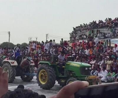 Yüzlerce kişi çöken çatının altında kaldı