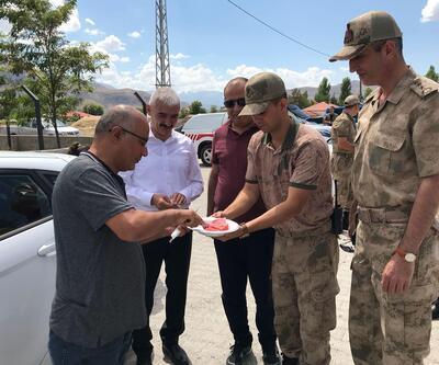 Erzincan'da sürücü ve yolculara karpuz ikramı