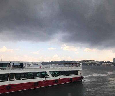 İstanbul'u kara bulutlar sardı, ardından sağanak başladı: Boğaz'dan çamur aktı