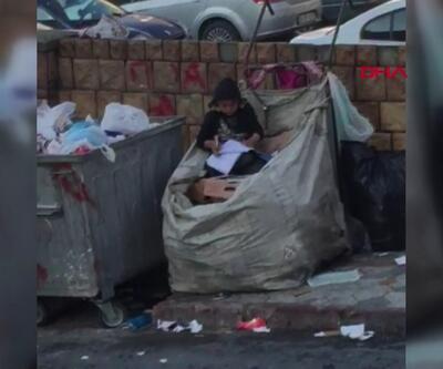 Küçük çocuğun atık kağıt toplama arabasının içinde kitap aşkı