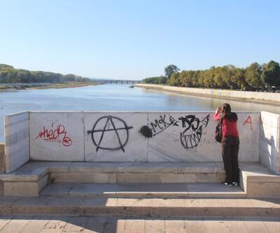Tarihi Meriç Köprüsü'nde sprey boyalı ayıp