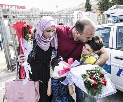 Elinde çiçeklerle 7 gündür sınır kapısında bekledi, kavuştular