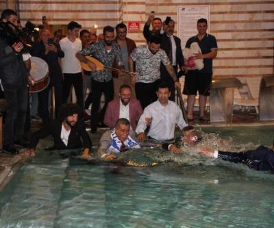 Belediye Başkanı TRT yayınında takım elbiseyle havuza girdi