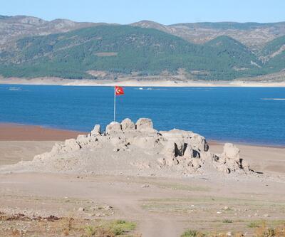 Su seviyesi düştü, kayalık ortaya çıktı