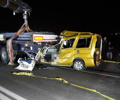 Tekirdağ'da feci kaza: TIR'a çarpan araç kağıt gibi ezildi