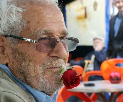 60 yıldır ağzında sigara yerine gül ile dolaşıyor