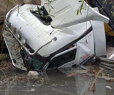 TIR dereye böyle uçtu: Sıkışan sürücü kurtarıldı