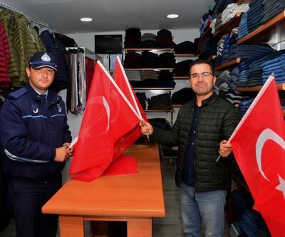 Erbaa Belediyesi'nden esnaf ve vatandaşlara bayrak hediyesi