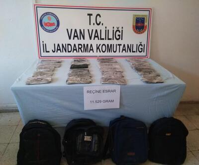 Kaçakların çantasından 11,5 kilo esrar çıktı