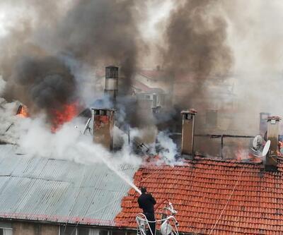 Binanın çatısı yanarken, caddede toplanıp merakla izlediler
