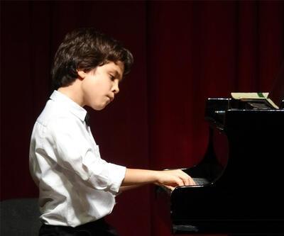 Geleceğin piyanistinin ödül sevinci