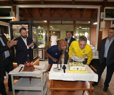 Ersun Yanal'ın doğum günü pastasında dikkat çeken yazı