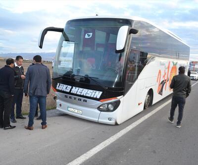 Yolcu otobüsüyle otomobil çarpıştı: 1'i ağır 3 yaralı