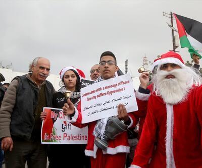 Batı Şeria'da Ayrım Duvarı'nda Noel Baba kostümlü gösteri