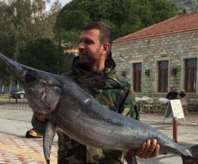 Oltayla 42 kiloluk kılıç balığı yakaladı