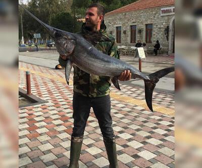 İzmir Yeni Foça'da oltayla 42 kiloluk kılıç balığı yakaladılar