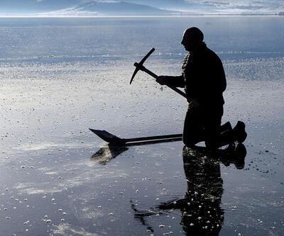 Buz tutan Çıldır Gölü'nden kartpostallık görüntüler