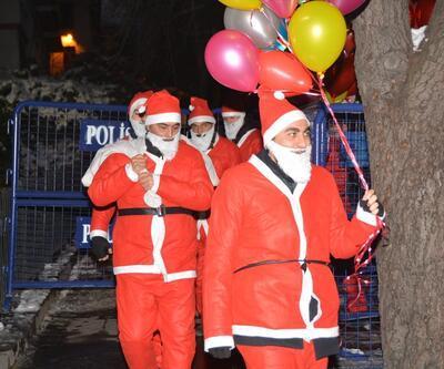 Yılbaşı gecesi güven timleri Noel Baba kılığında dolaştı