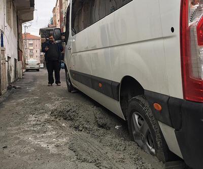 Halkalı'da okul servisi betona saplandı