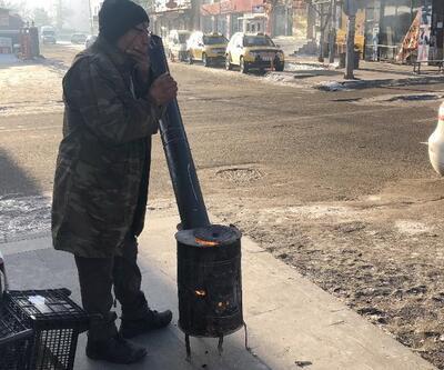 Kars eksi 26'yı gördü: Vatandaş caddeye soba kurup yaktı