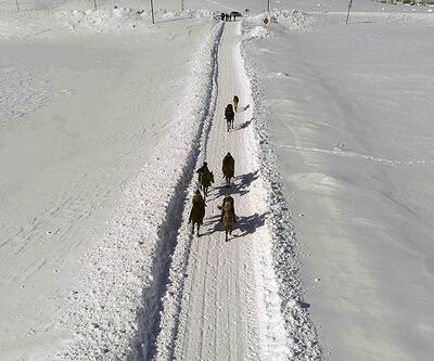 Atlar, kar üstünde yaz yarışlarına hazırlanıyor