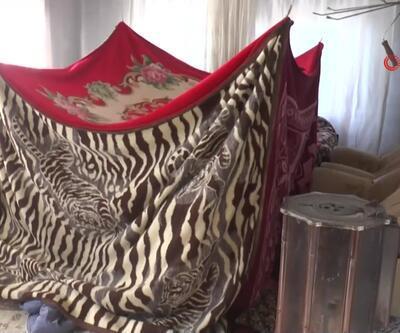 4 çocuk battaniyeden çadırda ısınıyor
