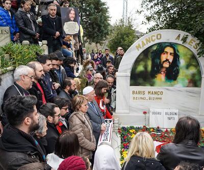 Adım atacak yer kalmadı! Sevenleri Barış Manço'yu mezarı başında andı