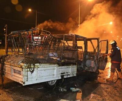 Seyir halinde alev alan mobilya yüklü kamyonet yandı