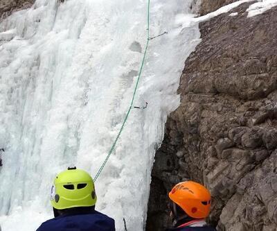 Dağcılar buz şelalelere tırmandılar