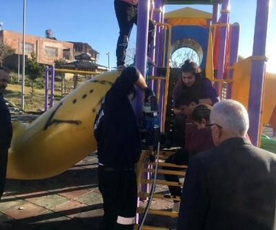 Oyun parkında ayağı sıkışan çocuğu itfaiye kurtardı
