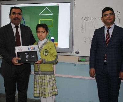 Tut'ta öğrencilere tablet bilgisayar dağıtıldı