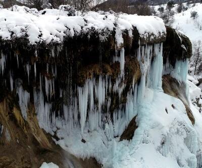 Dipsiz Göl Şelalesi'nde 'turkuaz' buz sarkıtları oluştu